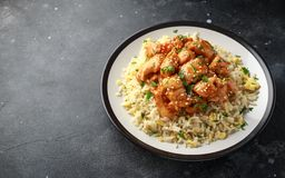 Agridoce picante da galinha alaranjada com arroz dos ovos fritos em uma placa foto de stock royalty free