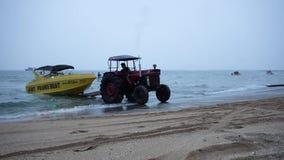 Agrimotor nimmt ein Boot aus dem Meer heraus stock video
