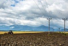 Agrimotor pracuje w polach Zdjęcia Stock