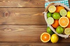 Agrios en cesta Naranjas, cales y limones Imagen de archivo