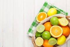 Agrios en cesta Naranjas, cales y limones Fotos de archivo