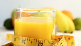 Agrios frescos Gire las imágenes de vídeo del concepto de una comida sana y adiete Zumo de naranja en un vidrio envuelto en un ce metrajes