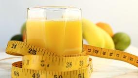 Agrios frescos Gire las imágenes de vídeo del concepto de una dieta sana y adiete El zumo de naranja se vierte en una herida de c almacen de video
