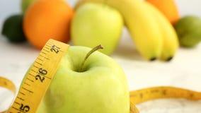Agrios frescos Imágenes de vídeo de la rotación del concepto de consumición y de dieta sanas Una manzana madura verde de giro env almacen de video