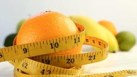 Agrios frescos Imágenes de vídeo de la rotación del concepto de consumición y de dieta sanas Una naranja madura de giro envuelta  almacen de metraje de vídeo