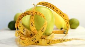 Agrios frescos Imágenes de vídeo de la rotación del concepto de consumición y de dieta sanas Una manzana madura verde de giro env metrajes