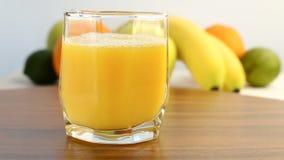 Agrios frescos Im?genes de v?deo del concepto de una dieta sana y de dieta El zumo de naranja se vierte en un vidrio, con un back metrajes