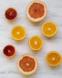Agrios naranja, pomelo, naranja siciliana en el fondo de madera blanco, desde arriba Endecha plana Visión superior, de arriba imagen de archivo