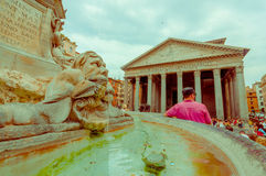 РИМ, ИТАЛИЯ - 13-ОЕ ИЮНЯ 2015: Пантеон взгляда здания Agrippa от внешней стороны квадрата, fountaine в середине с Стоковые Изображения RF