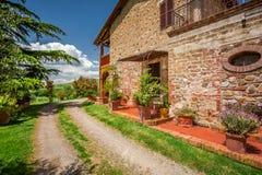 Agritourismus an schönem sonnigem Tag Toskana lizenzfreie stockfotografie