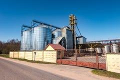 Agro-bearbeta v?xten f?r att bearbeta och silor f?r att torka lokalv?rd och lagring av jordbruksprodukter, mj?l, s?desslag och ko arkivfoto