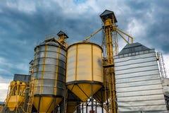 Agro-elaborazione della pianta per l'elaborazione ed il silos per lavaggio a secco e stoccaggio dei prodotti agricoli, della fari fotografie stock