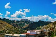 ` Agro, Italia di Forza d - 6 agosto 2009: Le montagne di Peloritani vedute dal villaggio siciliano antico Fotografia Stock Libera da Diritti