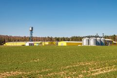Agro-processando a planta para o processamento e os silos para a tinturaria e o armazenamento dos produtos agr?colas, da farinha, foto de stock