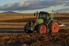 Agro trattore che ara la terra Fotografia Stock Libera da Diritti