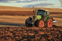 Agro trattore che ara la terra nella provincia di Soria, Spagna Immagine Stock Libera da Diritti