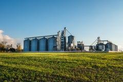 Agro-verwerkt installatie voor verwerking en silo's voor het drogen het schoonmaken en opslag van landbouwproducten, bloem, graan royalty-vrije stock afbeelding