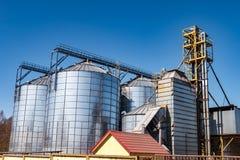 Agro-verwerkt installatie voor verwerking en zilveren silo's voor het drogen het schoonmaken en opslag van landbouwproducten, blo royalty-vrije stock fotografie