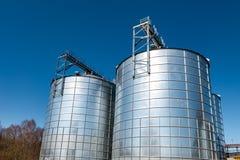 Agro-verwerkt installatie voor verwerking en zilveren silo's voor het drogen het schoonmaken en opslag van landbouwproducten, blo stock afbeelding