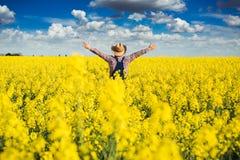 Agronom pozycja w polu kwitnienie kultywował rapeseed Obraz Royalty Free
