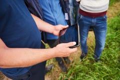 Agronom Używa pastylkę dla czyta raport na rolnictwa polu z kopii przestrzenią i rocznika brzmieniem z selekcyjnym Zdjęcia Royalty Free