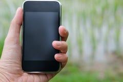 agronoma rolnik używa mądrze telefon monitorować wilgotność, pH, tem zdjęcia royalty free