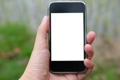 agronoma rolnik używa mądrze telefon monitorować wilgotność, pH, tem zdjęcie stock