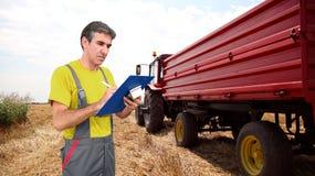 Agronome au travail pendant la récolte de blé Photos libres de droits