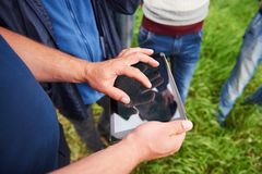 Agronomen Using en minnestavla för läste en rapport på det åkerbruka fältet med kopieringsutrymme och tappningsignal med selektiv Royaltyfri Bild