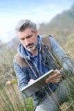Agronomia badacz używa pastylkę i analizować Obrazy Stock
