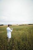Agronomo che utilizza compressa digitale nel campo Fotografia Stock Libera da Diritti