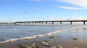 aground Litoral Báltico com onda do mar e ponte longa com espuma fotografia de stock