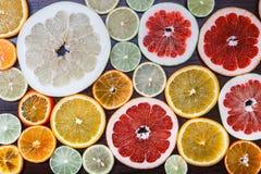 Agrume affettato: arance, mandarini, limoni, calce, tesoro, pompelmi, macro del primo piano della scopa della strega Immagine Stock