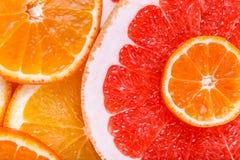 Agrume affettato: arance, mandarini, limoni, calce, tesoro, pompelmi, macro del primo piano della scopa della strega Immagini Stock