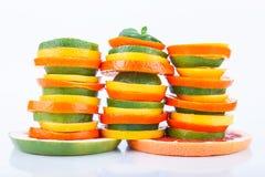 Agrume affettato: arance, mandarini, limoni, calce, tesoro, pompelmi, macro del primo piano della scopa della strega Immagini Stock Libere da Diritti