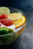 Agrume dans l'eau avec des bulles dans les oranges transparentes de plat, citron Photo stock