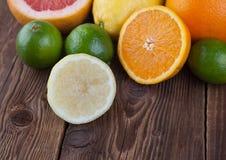 Agrume ed arancia su legno Fotografia Stock Libera da Diritti