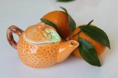 Agrumes de la Sicile - mandarines - petite théière - Italie Photographie stock