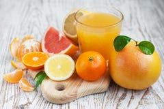 Agrumes et jus d'orange frais images libres de droits