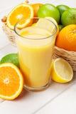 Agrumes et verre de jus Oranges, chaux et citrons Photos stock