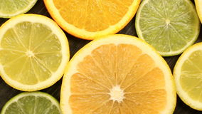 Agrumes frais Enregistrement vidéo de rotation du concept de la consommation et du régime sains Oranges coupées en tranches de ro banque de vidéos