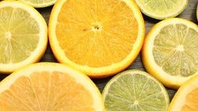 Agrumes frais Enregistrement vidéo de rotation du concept de la consommation et du régime sains Oranges coupées en tranches de ro clips vidéos