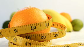 Agrumes frais Enregistrement vidéo de rotation du concept de la consommation et du régime sains Une orange mûre de rotation envel banque de vidéos