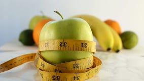 Agrumes frais Enregistrement vidéo de rotation du concept de la consommation et du régime sains Une pomme mûre verte de rotation  clips vidéos