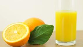 Agrumes frais Enregistrement vidéo du concept d'un aliment et d'un régime sains Jus d'orange dans un verre, et oranges coupées en banque de vidéos