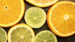 Agrumes frais Enregistrement vid?o de rotation du concept de la consommation et du r?gime sains Oranges coup?es en tranches de ro banque de vidéos
