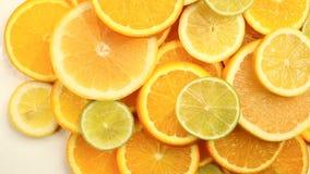 Agrumes frais Enregistrement vid?o de rotation du concept de la consommation et du r?gime sains Oranges coup?es en tranches de ro clips vidéos