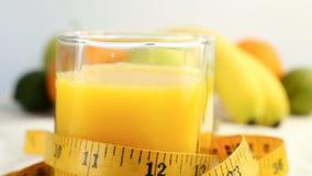 Agrumes frais Tournez l'enregistrement vidéo du concept d'un aliment sain et suivez un régime Jus d'orange dans un verre envelopp banque de vidéos