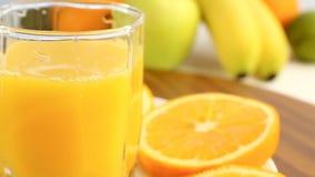 Agrumes frais Tournez l'enregistrement vidéo du concept d'un aliment sain et suivez un régime Jus d'orange dans un verre, avec un banque de vidéos