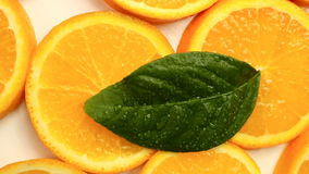Agrumes frais Tournez l'enregistrement vidéo du concept d'un aliment sain et suivez un régime Oranges coupées en tranches de rota banque de vidéos